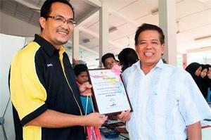 組圖:馬來西亞一學院八百學生學煉法輪功
