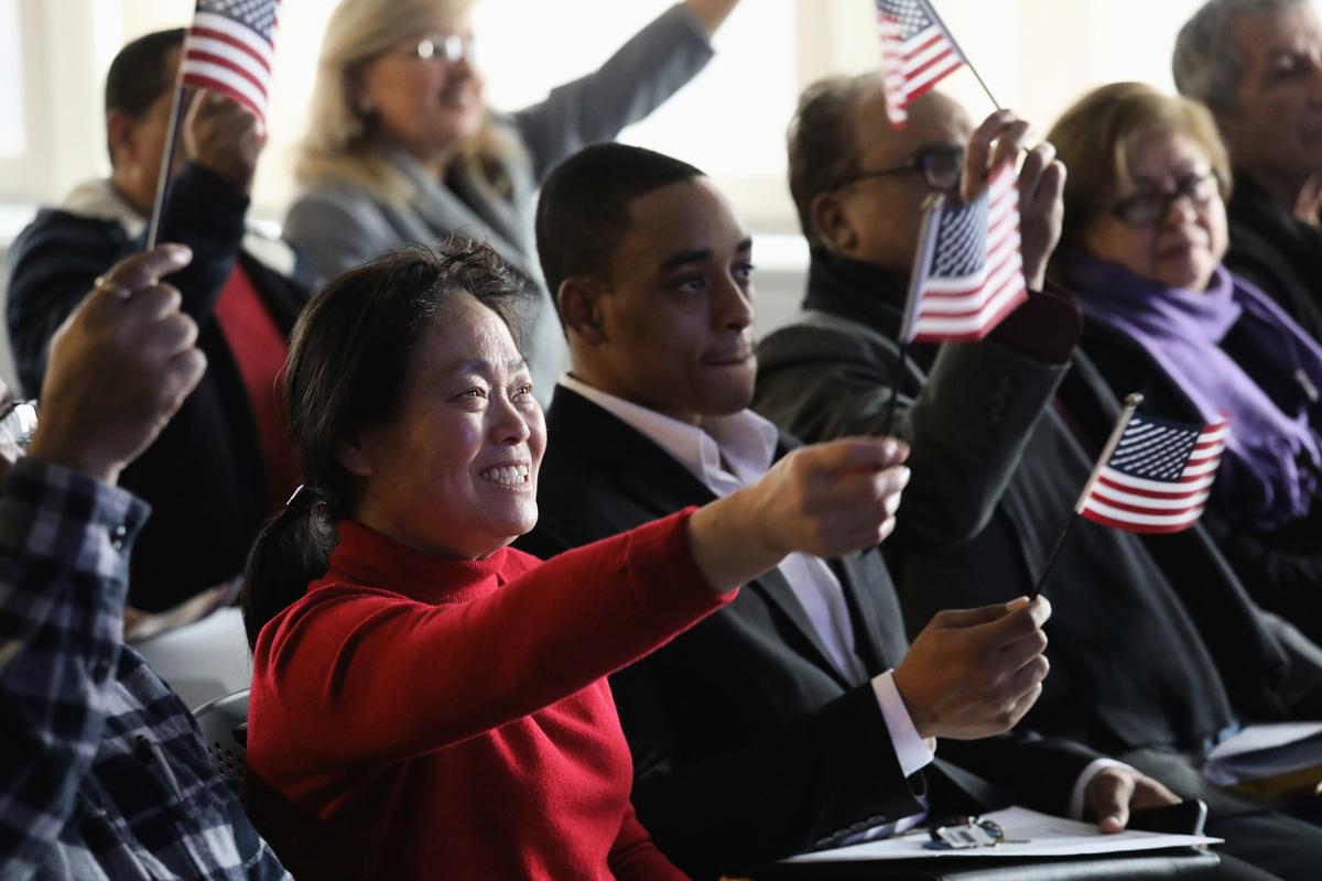 周三(2月26日),美國司法部宣佈設立新單位,專責處理除籍訴訟程序,撤銷外國人以非法手段取得的公民身份。圖為2018年1月22日在新澤西州宣誓入籍的人士。(John Moore/Getty Images)