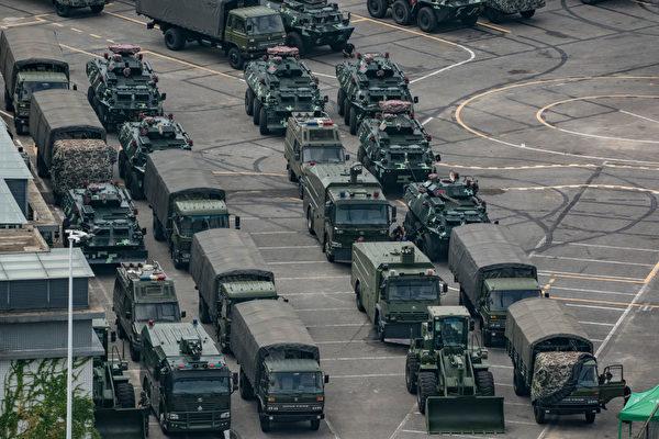 8月29日凌晨,中共大批軍車進入香港,引發外界高度關注。圖為8月16日停放在深圳灣體育中心外的中共軍車。(Getty Images)