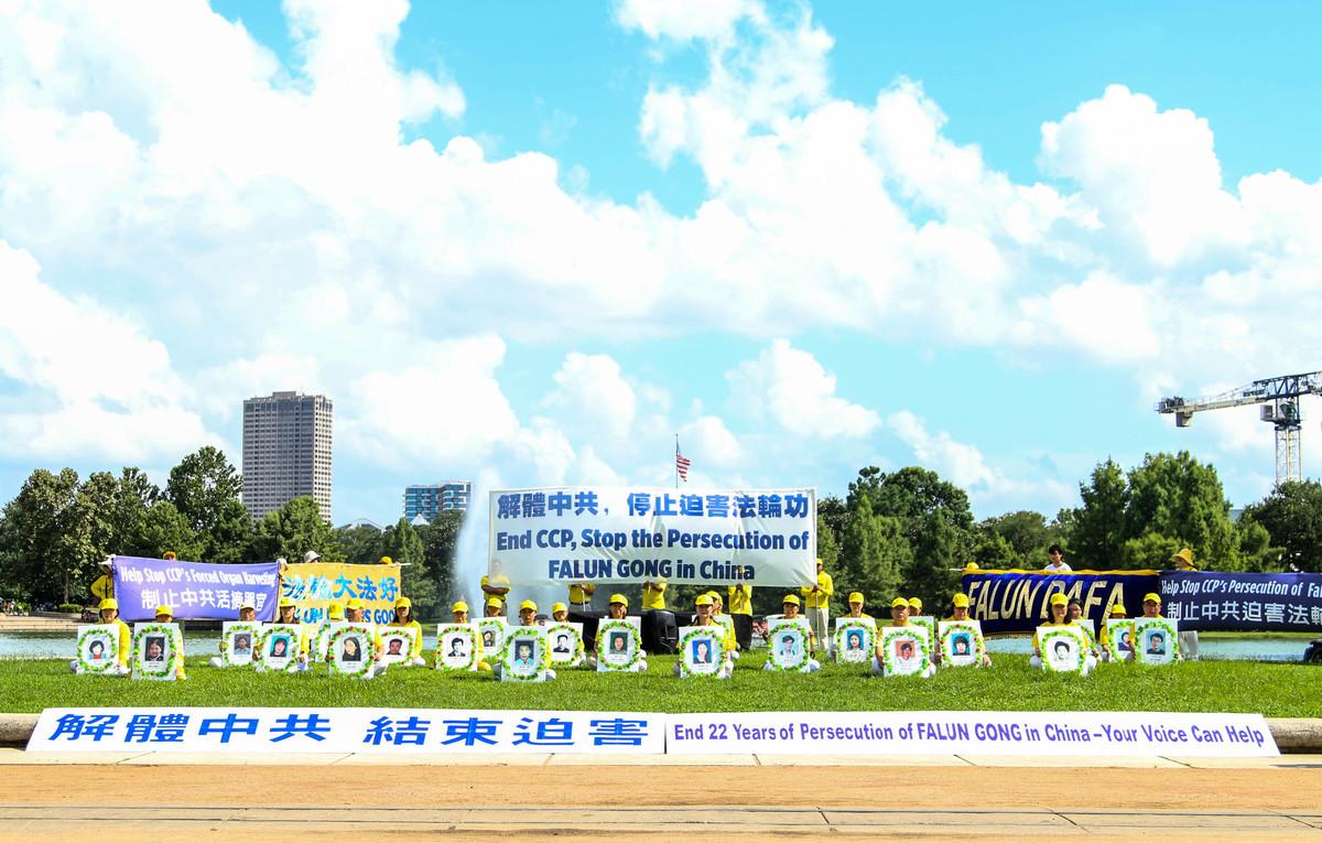 侯斯頓法輪功學員在Hermann Park舉辦7.20反迫害集會,呼籲解體中共。(鍾心萍/大紀元)