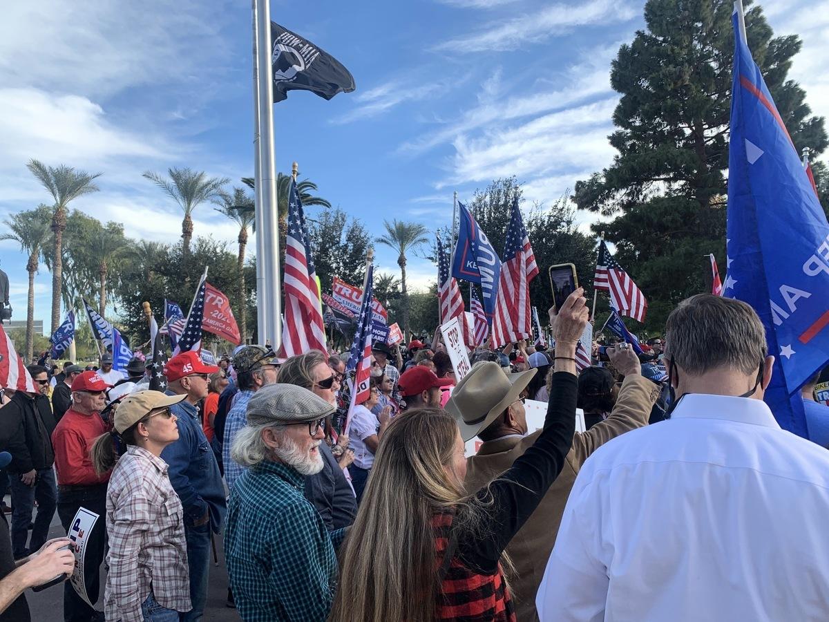 2020年12月7日,亞利桑那議員及上百位民眾在鳳凰城舉行集會,抗議州長在選舉舞弊證據顯著的情況下認證民主黨候選人拜登獲勝。(姜琳達/大紀元)