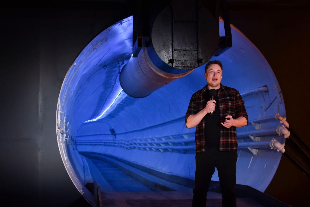 特斯拉創辦人馬斯克18日在總部向媒體展示地底高速隧道。(Robyn Beck-Pool/Getty Images)