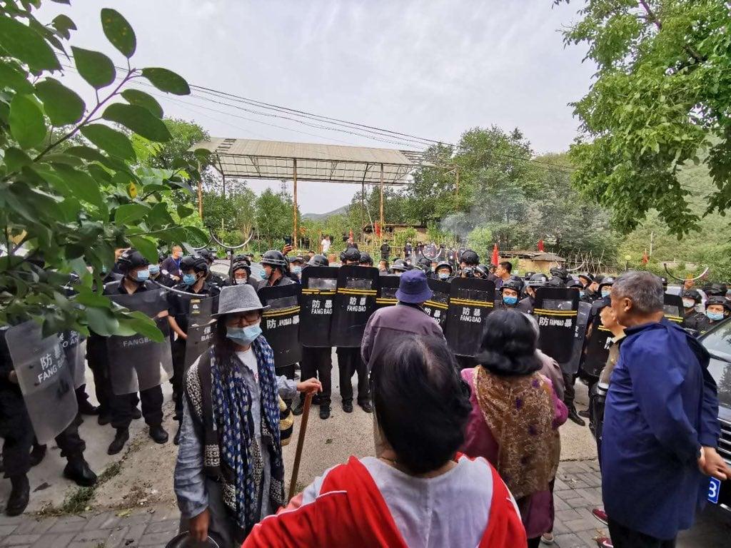 2020年6月12日,九百名黑衣保安對北京延壽鎮歐北木屋村進行暴力強拆,圖為全副武裝的黑衣保安堵住小區入口,不准住戶回家。(受訪人提供)