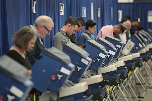 2016年美國大選倒數第5天,截至美東時間11月3 日下午3時,計有五家民調機構公佈全國民調結果,以及九家民調公佈在七個州的民調結果。(Scott Olson/Getty Images)