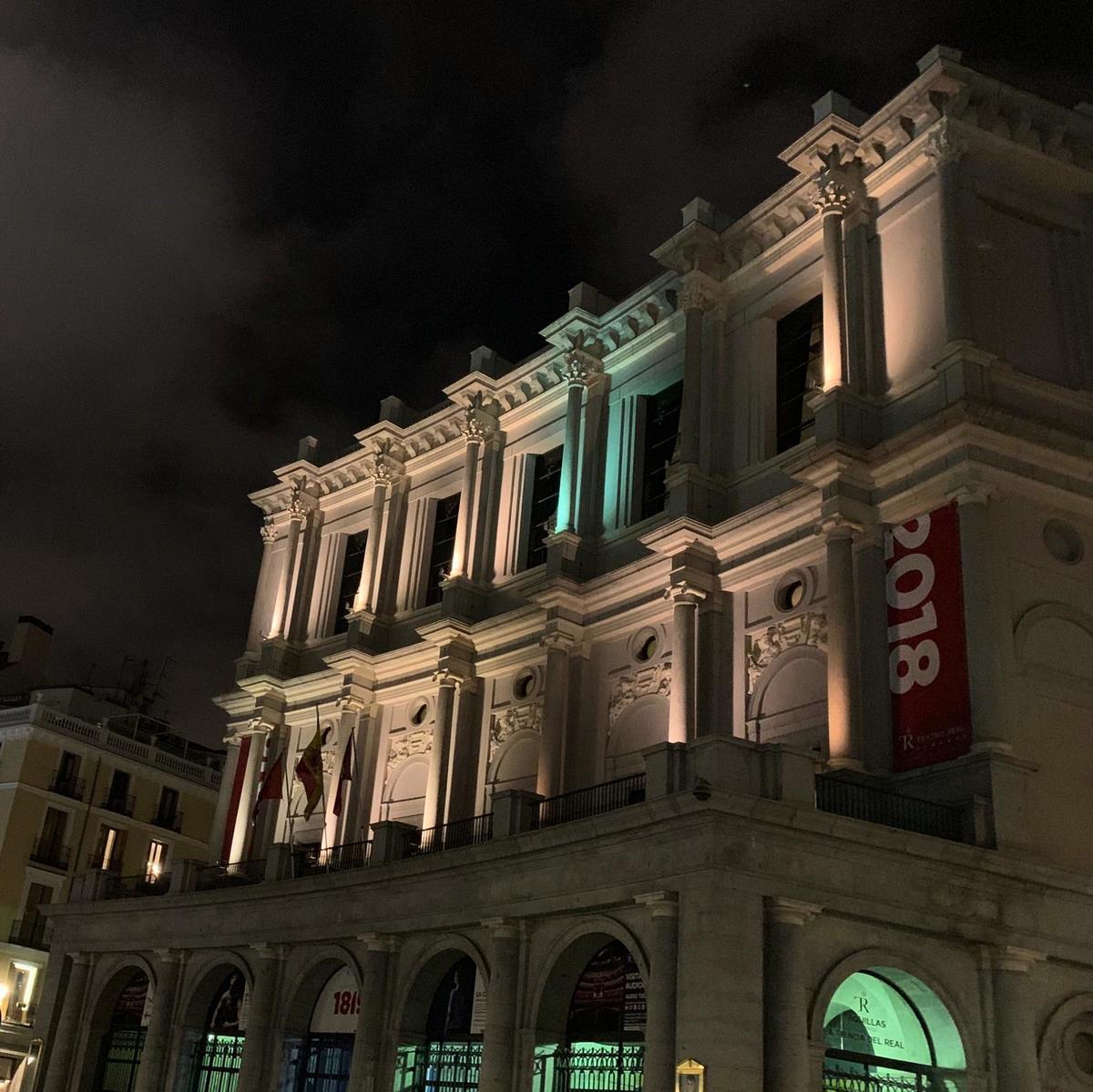1月31日本應是享譽全球的「世界第一秀」神韻在西班牙馬德里皇家劇院隆重上演的日子,但是劇院突然單方面因「技術原因」取消演出。這一天,馬德里市內大罷工,交通混亂,天氣陰沉,狂風呼嘯。圖為馬德里皇家劇院。(Normann Bjorvand/大紀元)