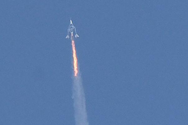 7月11日,太空旅遊公司維珍銀河(Virgin Galactic)創辦人、英國億萬富豪布蘭森(Richard Branson)搭乘自家公司所建的太空船成功抵達太空,並安全返回地球。(Photo by PATRICK T. FALLON/AFP via Getty Images)