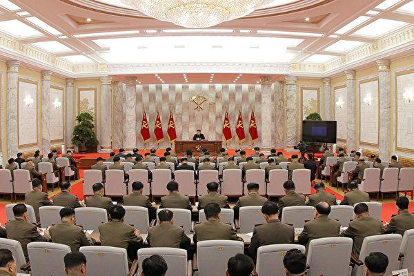 北韓中央通訊社5月24日發佈的金正恩召開軍事會議的畫面。(STR / KCNA VIA KNS / AFP)
