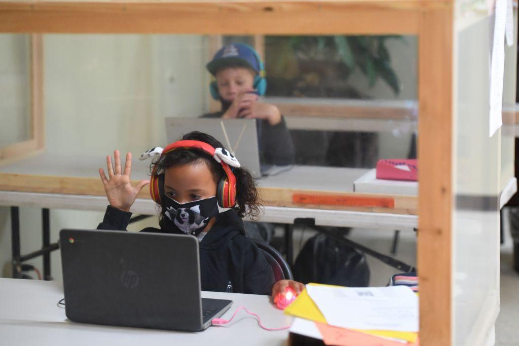 圖為2020年9月10日美國加州一所小學內的學生在滿足社交距離的條件下,在教室內學習。(ROBYN BECK/AFP via Getty Images)