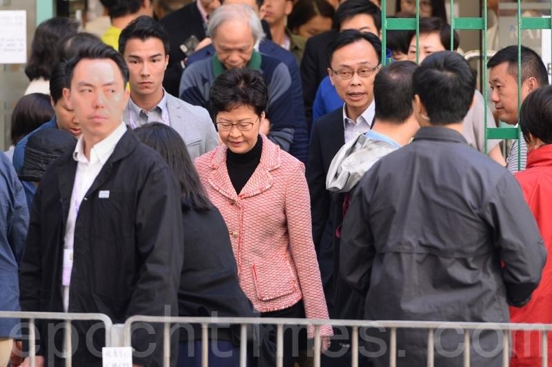 2019年11月24日,香港2019區議會選舉,林鄭一早在羅便臣道高主教書院投票,途中受大批警察和便衣警察保護。(宋碧龍/大紀元)