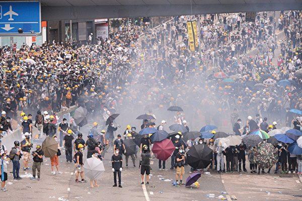 香港的「反送中」運動至今不息。圖為6月12日,過萬名市民到金鐘政府總部和立法會外請願,抗議政府執意進行《逃犯條例》修例,抵制林鄭月娥召開立法會二讀。期間警方暴力鎮壓手無寸鐵的示威民眾。(宋碧龍/大紀元)