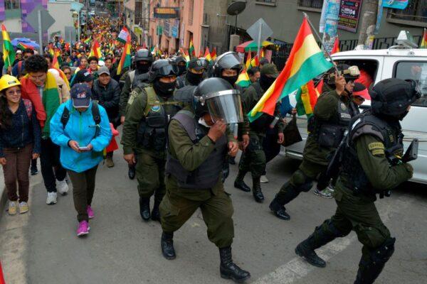 玻國多市警察倒戈 加入民眾抗議總統陣營