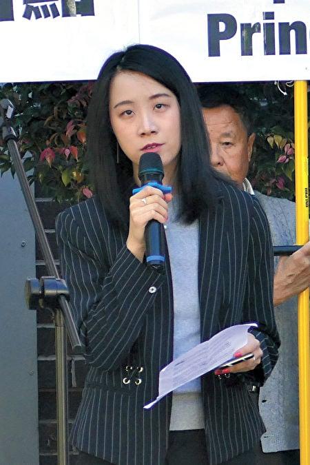 2021年4月15日,悉尼部份法輪功學員在悉尼中領館前譴責中共頻繁襲擊香港法輪功信息攤位。圖為《大紀元時報》悉尼報社代表Mimi Nguyen Ly在集會發言。(安平雅/大紀元