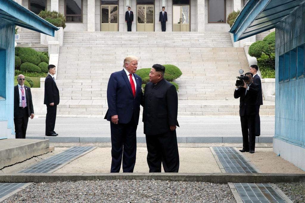 美國總統特朗普(左)與北韓領導人金正恩(右)2019年6月30日下午在韓朝非軍事區(DMZ)見面。(Handout/Dong-A Ilbo/Getty Images)