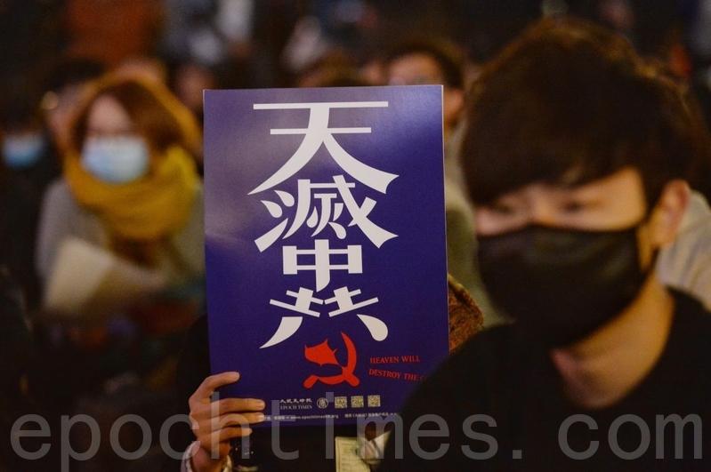 12月6日,香港葵芳中學生在興芳路遊樂場舉行抗暴集會。(宋碧龍/大紀元)