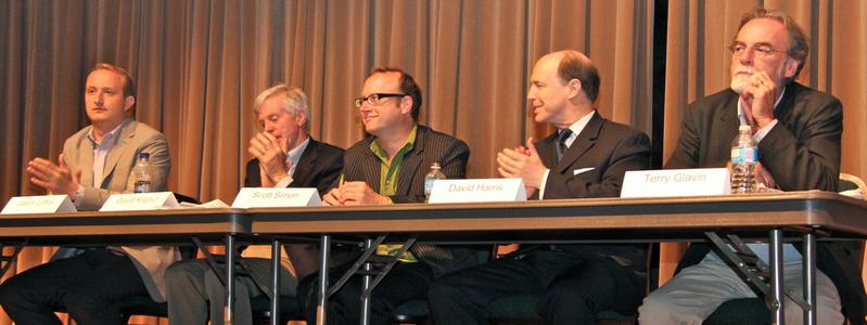 資深國會議員、外交部亞太司前司長大衛.喬高(David Kilgour,左二),安全和恐怖主義專家大衛‧哈瑞斯(David Harris,右二)、渥太華大學教授斯考特‧西蒙(Scott Simon,中)、《大紀元時報》副社長傑森‧勞夫塔斯(Jason Loftus,左一)以及曾經獲獎的《渥太華公民報》專欄作家泰瑞‧格蘭文(Terry Glavin,右一)就中國對加拿大的投資、貿易以及文化輸出等活動對加拿大資源、政策、價值觀和安全等方面的影響進行了廣泛的談論。(吳薇/大紀元)