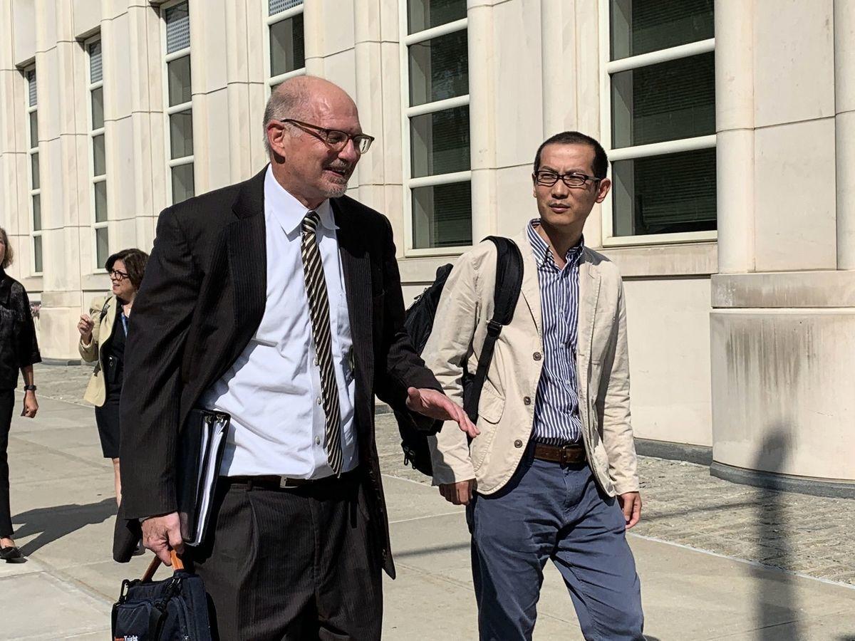 毛波和他的德州律師理查德·羅佩爾(Richard Roper)離開法庭。(蔡溶/大紀元)