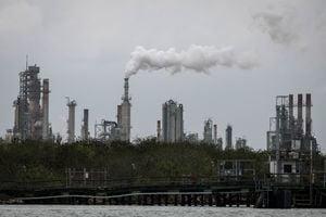 沙特砍價增產引爆價格戰 國際油價狂跌30%