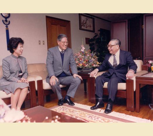 1984年3月22日蔣經國總統蒞臨大安住所致賀李登輝當選副總統。(總統府提供)