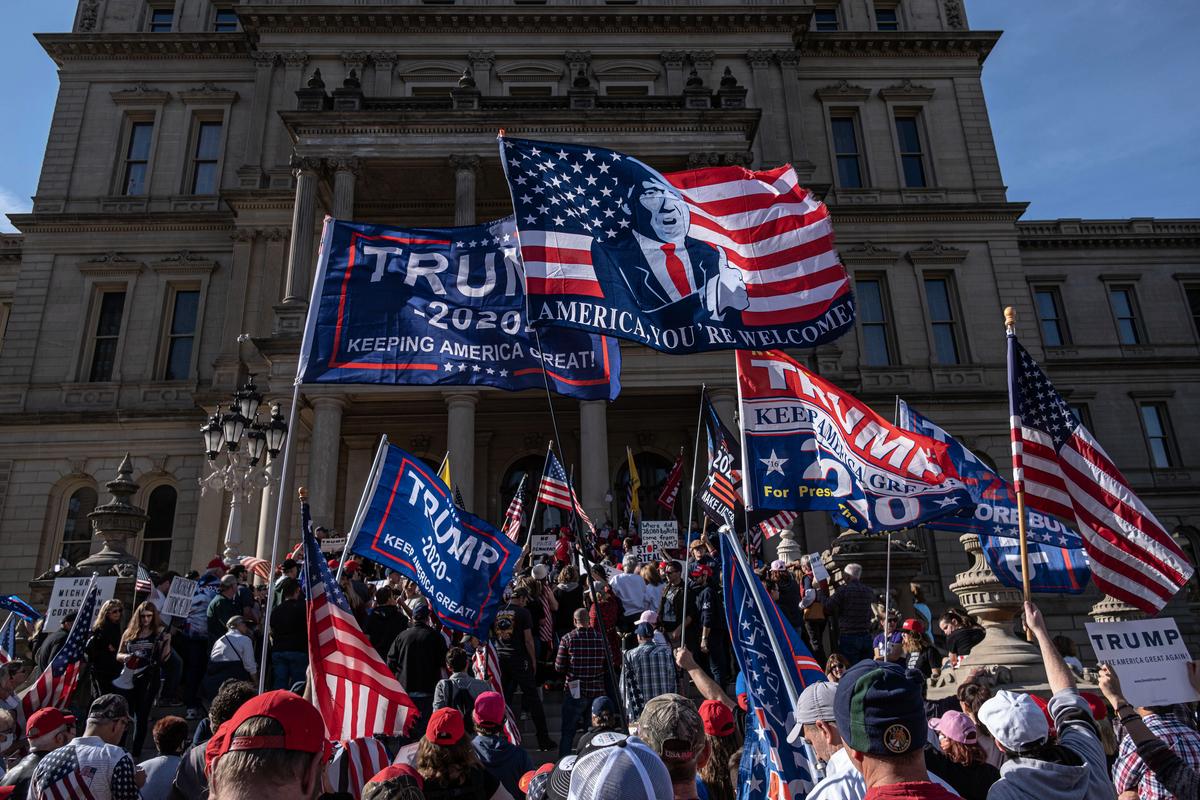 2020年11月8日,參院司法委員會主席林賽·格雷厄姆(Lindsey Graham)表示,支持唐納德·特朗普「奮力反擊」,不要退讓。圖為11月7日,特朗普支持者在密歇根州議會大廈前抗議。(Photo by SETH HERALD / AFP)