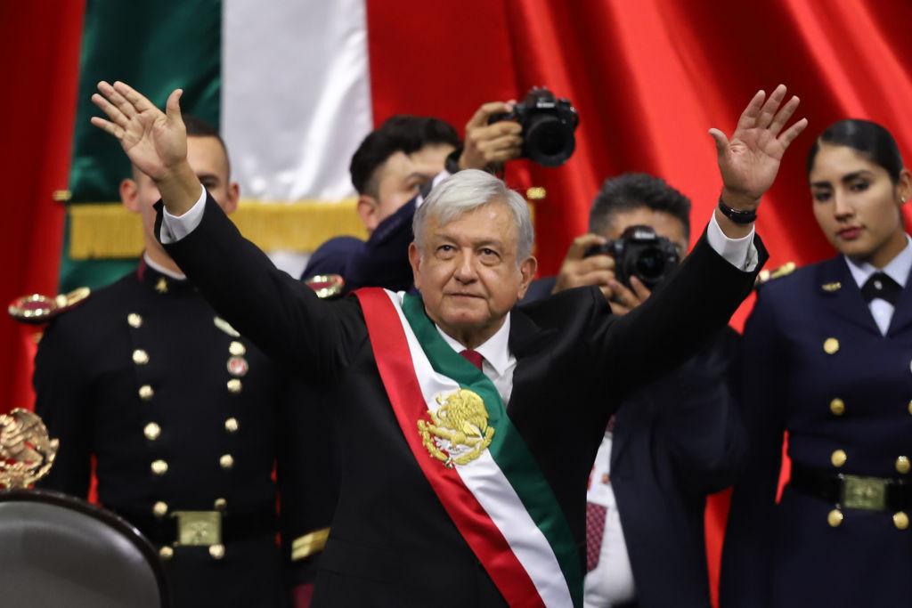 墨西哥新總統奧夫拉多爾(圖中)週六(1日)宣誓就職後,首先完成的工作是與中美洲的三個國家共同簽署協議,為緩解中美洲人試圖非法湧入美國,採取行動。(Getty Images/Getty Images)