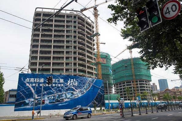 日本銀行野村證券11月的一份研究報告指,隨著未來幾年到期的債券數量增多、借貸成本上升和人民幣貶值,可能會使更多中國公司無法支付即將到來的債務。圖為中國上海的一處建築工地。 (STR/AFP/Getty Images)