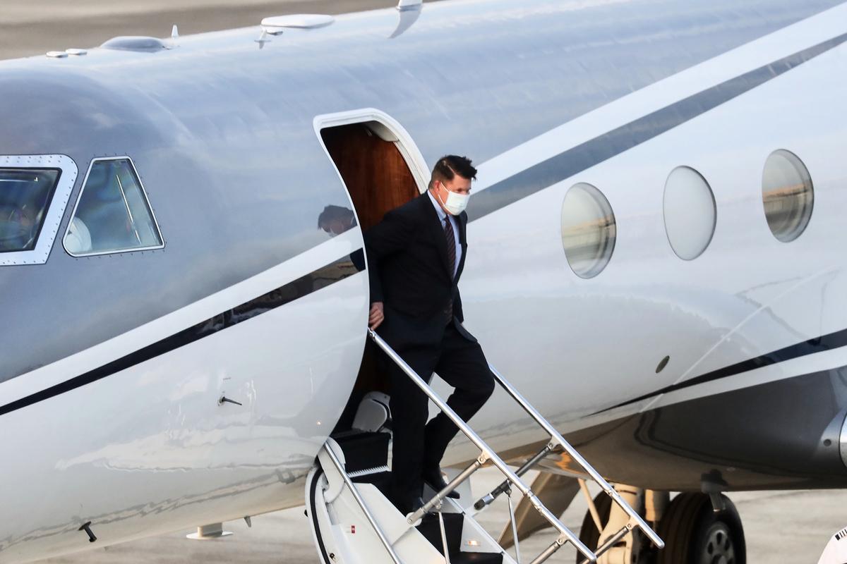 2020年9月17日,美國國務院次卿克拉奇(Keith Krach)搭乘專機抵台。(PEI CHEN/POOL/AFP via Getty Images)
