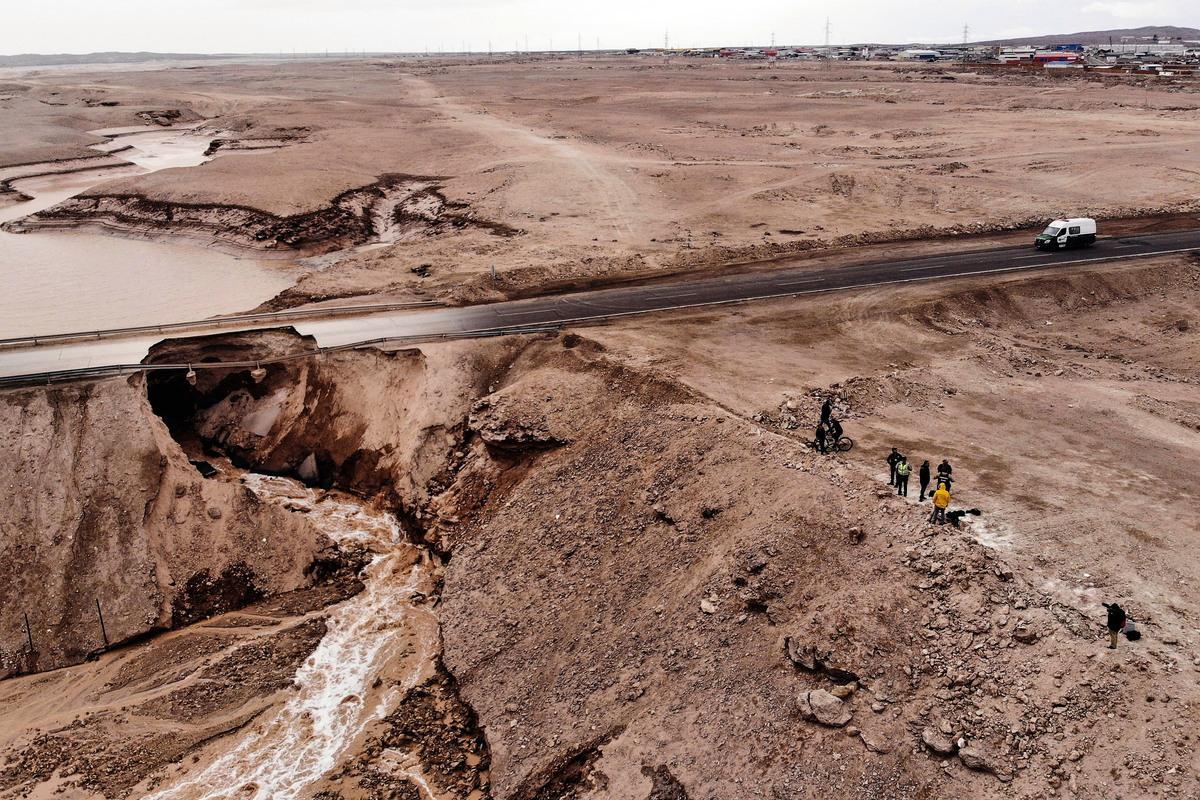智利北部的豪雨使阿他加馬沙漠出現水災。圖為2019年2月8日,智利卡拉馬一處銅礦場淹水的空拍照片。(PEDRO TAPIA/AFP/Getty Images)