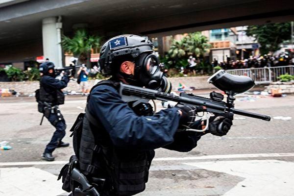 中國(共)科學院日前表示,已研製出世界上第一把用於控制示威暴動民眾的手持式聲波武器,並即將投入批量生產。圖為2019年6月12日,香港警方在海富巴士總站施放催淚彈、布袋彈,驅趕民眾。(ISAAC LAWRENCE/AFP/Getty Images)