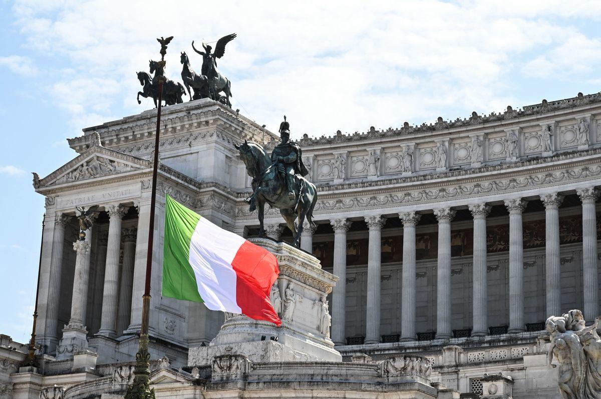 根據意大利政府最新經濟預測,意大利今年債務佔GDP的比重預估來到159.8%,數字突破自1920年的159.5%歷史高點,將達到101年以來最高。(ANDREAS SOLARO/AFP via Getty Images)