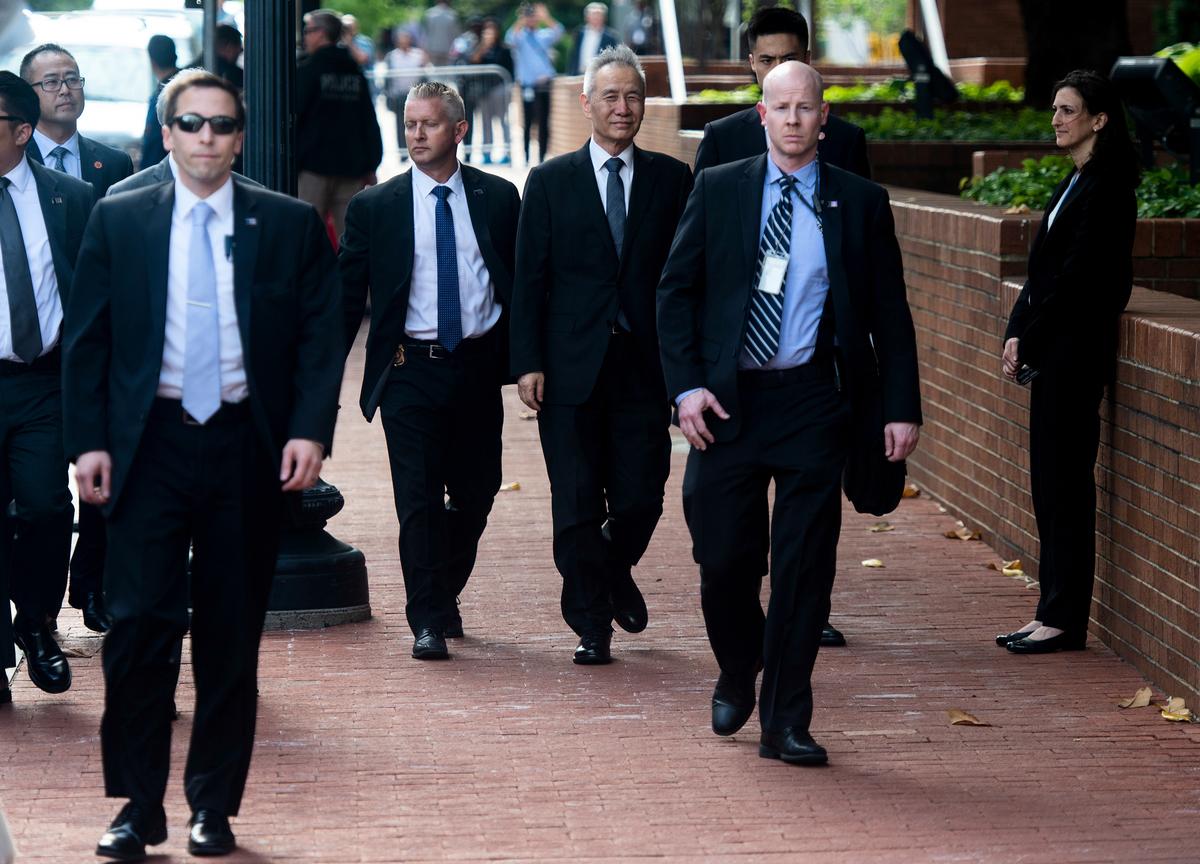 美東時間周四(9日)晚間,中美本周首日談判結束,雙方在離開會場時都沒有對記者發言,周五(10日)繼續會談。圖為劉鶴抵達談判會場。(ANDREW CABALLERO-REYNOLDS/AFP)