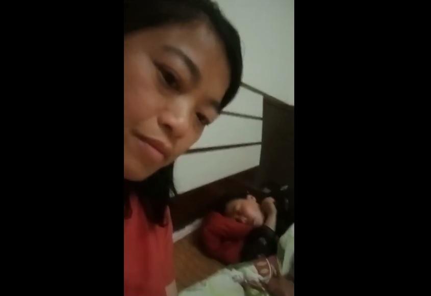 曾是獨立參選人的王義翠(左一)拍下她被關押在農家樂時的情況,畫中在睡覺者為監控她的政府人員。(影片截圖)