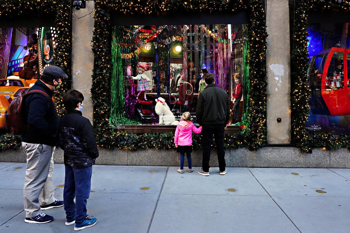 2020年11月29日,美國紐約市,幾位戴口罩的市民看著商店櫥窗。(Cindy Ord/Getty Images)