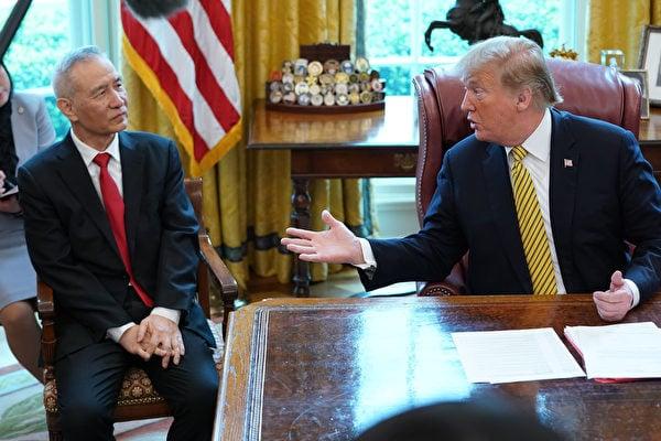 2019年4月4日,美國總統特朗普(曾經)在白宮橢圓形辦公室會見中共國務院副總理劉鶴,並在記者離場後,直接與劉鶴談關稅。(Chip Somodevilla/Getty Images)