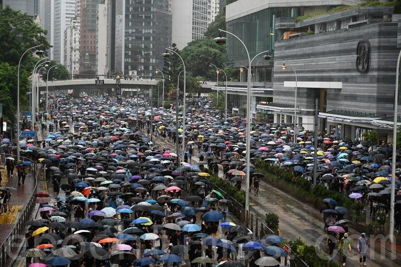 2019年10月6日,無論遊行是否獲批,《緊急法》法沒有嚇怕香港市民,仍然有大批市民冒著被警方拘捕的危險,冒雨參加未經批准的遊行。(文瀚林/大紀元)