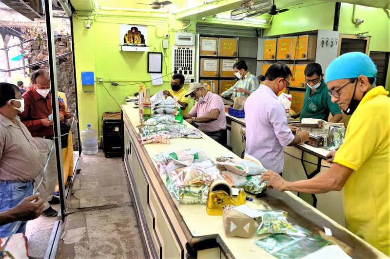 加爾各答舊城區一大型茶行人員,正忙碌地在包裝顧客購買的茶。(中央社)