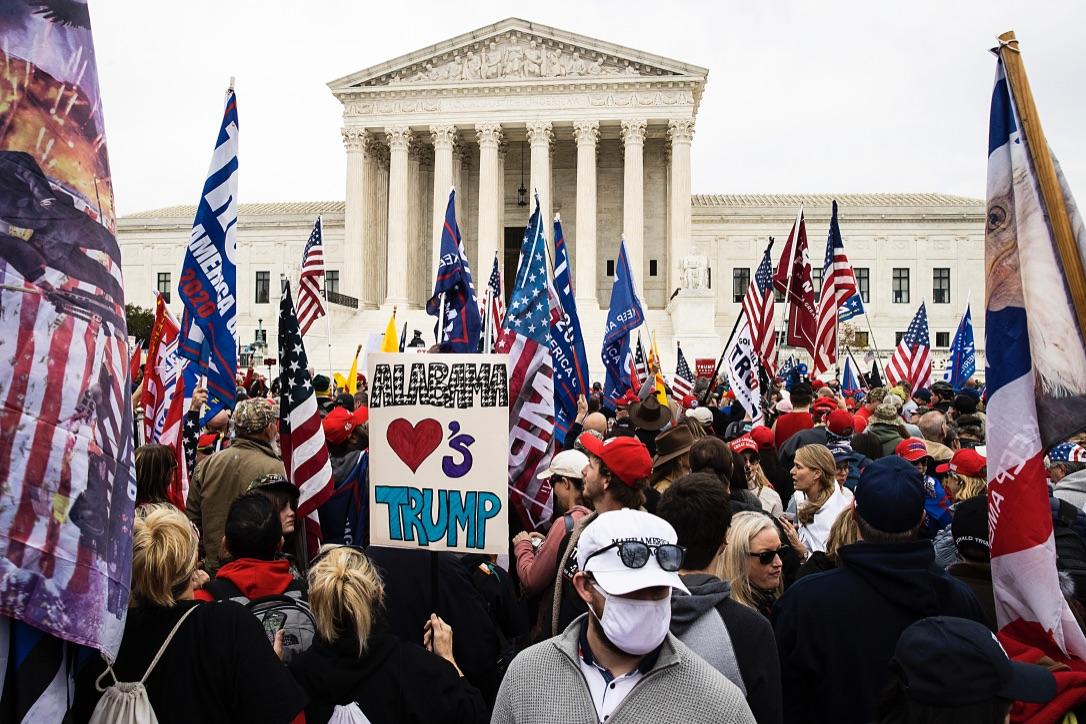2020大選的真正主題,是神的開卷考試;正義之神,也剛剛把全美國所有的人們,都過篩了一遍。圖為2020年12月12日特朗普總統的支持者們在最高法院前集會,抗議選舉舞弊,力挺特朗普。(Tasos Katopodis/Getty Images)
