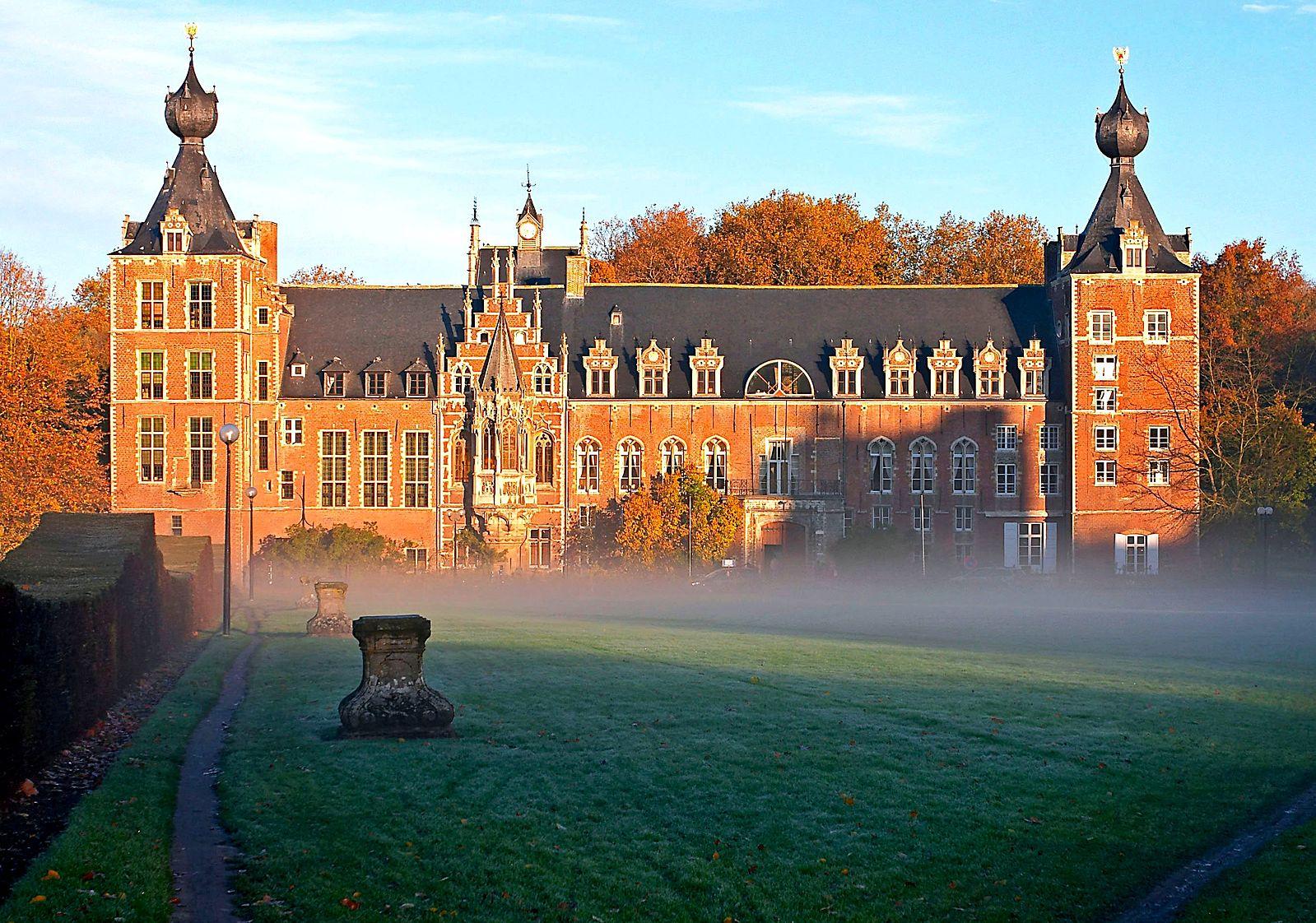 比利時國家安全部門日前發佈2019年年度報告,警告來自中共軍事研究機構的留學生在比利時等西方國家充當間諜,尋求獲得有助於中共軍事發展的重要知識。圖為比利時魯汶大學艾倫伯格城堡。(Juhanson/Wikimedia commons)