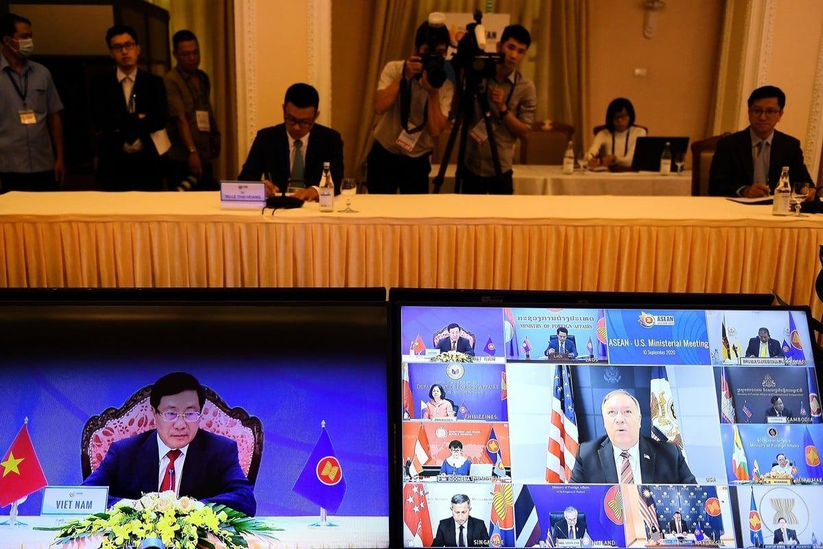9月10日,越南外長潘漢明(Pham Binh Minh ,左側屏幕)和美國國務卿蓬佩奧(Mike Pompeo ,右側屏幕中間)在東盟外長視像峰會中。(NHAC NGUYEN/AFP via Getty Images)