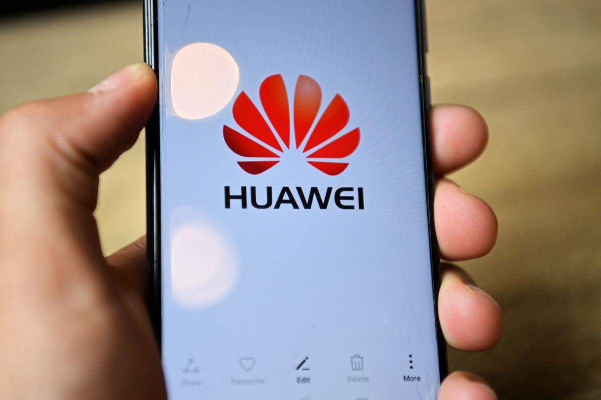受到美國的制裁令影響,華為缺少關鍵晶片打造旗艦機種,手機市佔逐漸下滑。(DANIEL LEAL-OLIVAS/AFP via Getty Images)