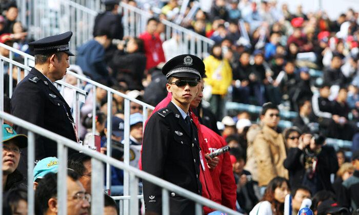 2008年3月,MLB中國賽首次開賽。在北京五棵松奧林匹克棒球場,久負盛名的洛杉磯道奇隊(Los Angeles Dodgers)和聖地牙哥教士隊(San Diego Padres )連續進行了兩場比賽。圖為3月16日的比賽,中國警察在觀眾席巡視。(Guang Niu/Getty Images)