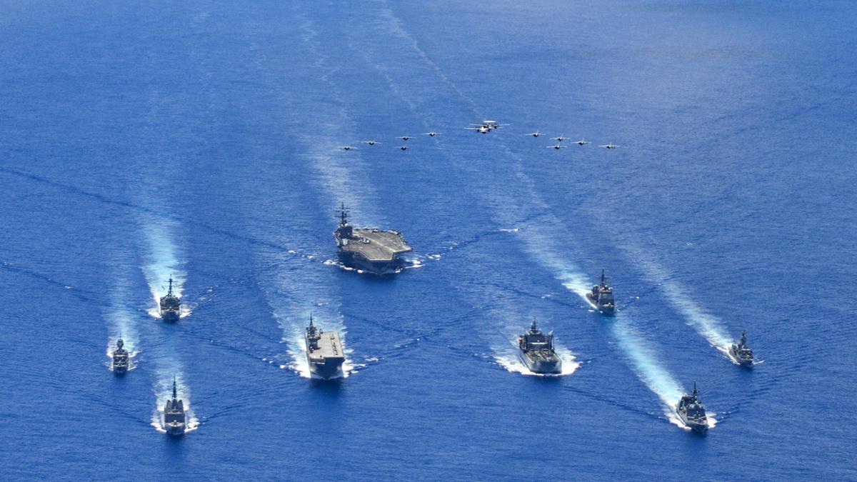 日本海上自衛隊(JMSDF)、澳洲國防軍(ADF)和羅納德・列根航母戰鬥群在菲律賓海域進行三方聯合軍事演習。(美國海軍網站提供)