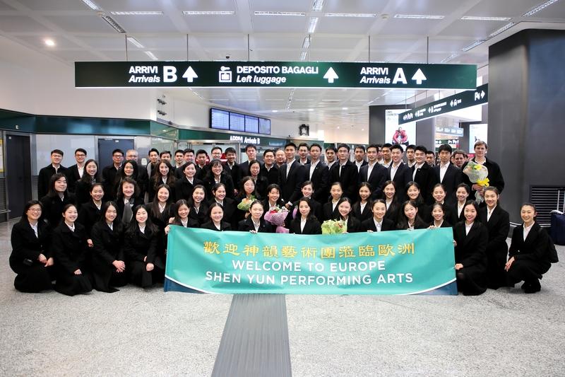 2019年12月25日,神韻巡迴藝術團蒞臨意大利米蘭馬爾彭薩(Malpensa)機場,開啟了2020年的歐洲巡迴之旅。(吳青松/大紀元)