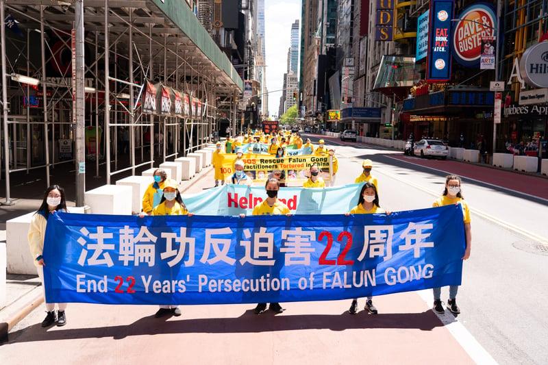 2021年5月13日,大紐約地區部份法輪功學員在曼哈頓舉行盛大遊行活動,他們以各式橫幅、旗幟及展板告訴人們真相,也呼籲中共停止迫害法輪功,立即釋放被關押的法輪功學員。(戴兵/大紀元)