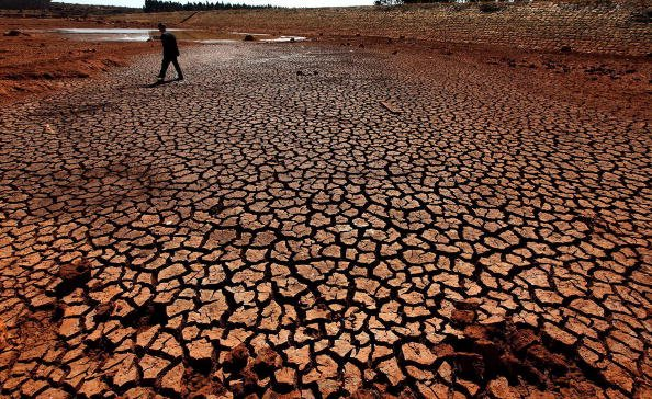 2月2日,昆明市石林縣高石哨綠塘子水庫乾旱得露出了池底。(GETTY IMAGES)