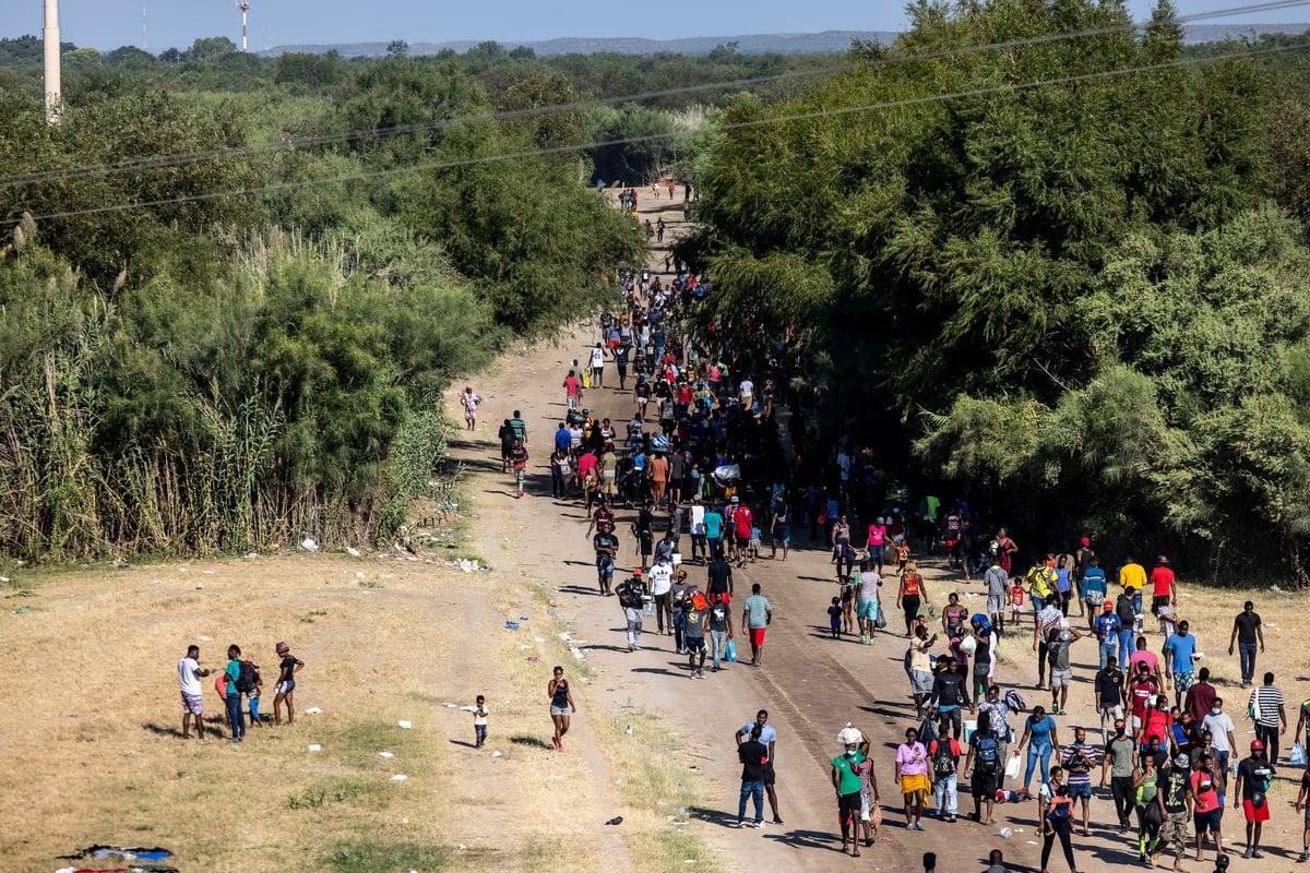 2021年9月17日,在德州德爾里奧市和墨西哥阿庫尼亞之間的國際大橋下,主要來自海地的移民聚集在臨時營地。官員們正努力提供食物、水、住所和衛生設施,使上萬名移民獲得基本的生活用品。(Jordan Vonderhaar/Getty Images)