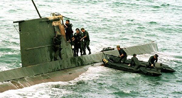 圖為1998年9月18日在北韓東北海岸以南約20公里發現了的一艘北韓微型潛艇。(Kim Jae-/AFP via Getty Images)