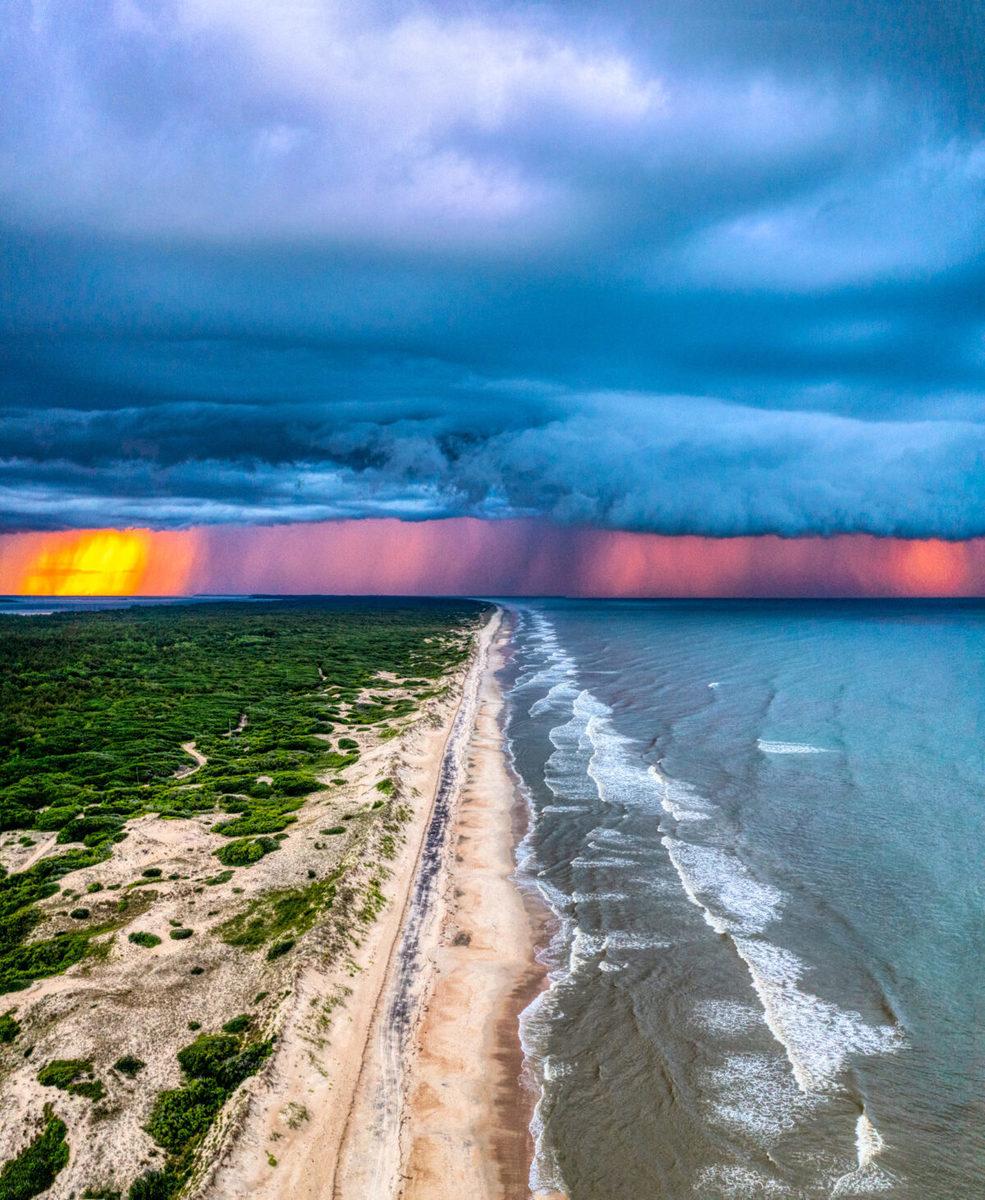 喬治最近在海邊遊玩時,意外捕捉到一抹夕陽的餘暉穿過風暴雲形成的一幕壯麗景觀。(喬治提供)