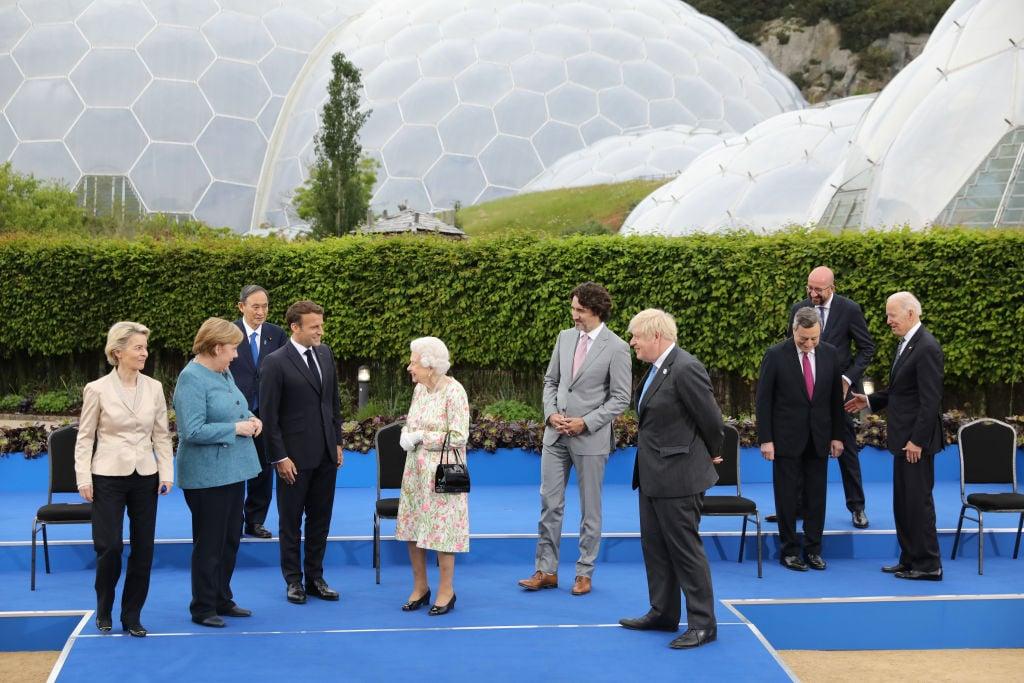 2021年6月11日,英國女王伊利沙伯(中)與參加G7峰會的各國首腦在招待酒會上。從左至右為歐盟委員會主席馮德萊恩(Ursula von der Leyen)、德國總理默克爾(Angela Merkel)、日本首相菅義偉(Yoshihide Suga)、法國總統馬克龍(Emmanuel Macron)、英國女王伊利沙伯二世(Queen Elizabeth II)、加拿大總理杜魯多(Justin Trudeau)、英國首相約翰遜(Boris Johnson)、意大利總理德拉吉(Mario Draghi)、歐洲理事會主席米歇爾(Charles Michel)和美國總拜登(Joe Biden)。(Jack Hill-WPA Pool/Getty Images)
