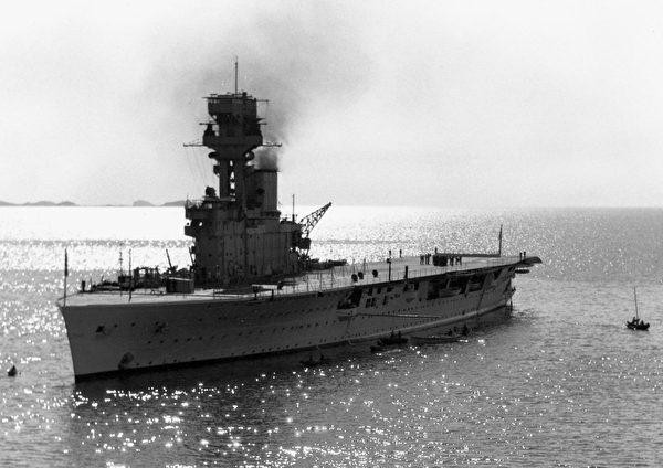 約1931年,英國的競技神號航空母艦(HMS Hermes法文對照表)在煙台附近海域航行。(公有領域)