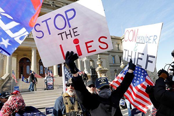 2020年11月14日,在密歇根蘭辛,民眾聚集在州議會大廈外,抗議大選舞弊,要求制止謊言。(JEFF KOWALSKY/AFP via Getty Images)